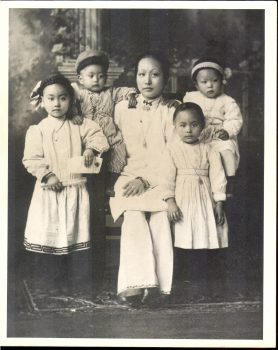 Mrs. Lee Yoke Suey and children